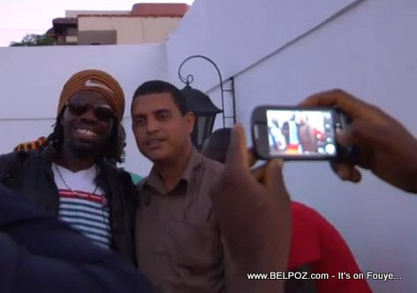 Palito De Coco taking pictures with a fan