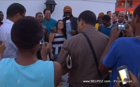 Palito De Coco surrounded by fans taking photos on their smartphones