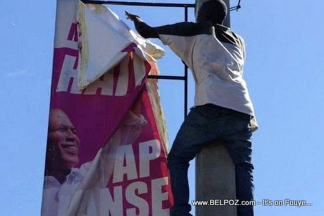 Delmas Haiti - Yon Manifestan ap Rashe foto President Martelly