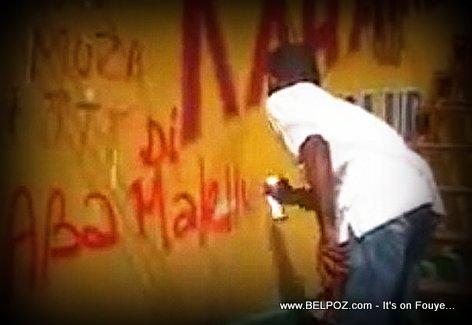 Aba Martelly - Yon Manifestan ap pentire nan yon mur