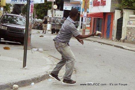 Haiti - Manifestan ap voye wosh sou La Police