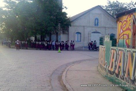 Hinche Haiti - Elev Lekol ap tann Bus Dignite devan legliz la