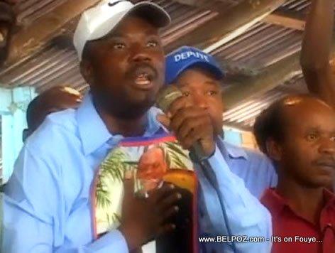 Senateur Moise Jean Charles ak Photo Aristide li sou ke li