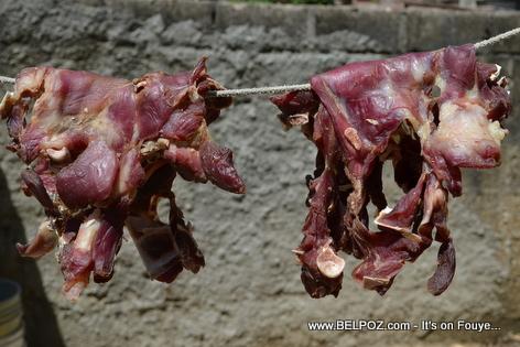 Haiti - Vyann Kabrit nan soley pou seche... Bon bagay...
