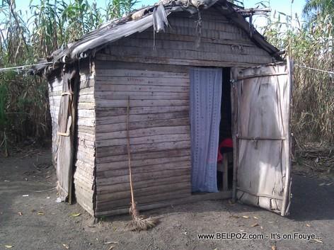 Haiti - Andeyo - Yon ti Kay palisad kouvri ak tach