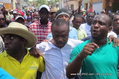 Senateur Moise Jean-Charles nan Manifestation Haiti 15 Avril 2014