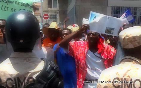 Haiti Manifestation 28 Avril 2014 - CIMO bloke wout manifestan yo