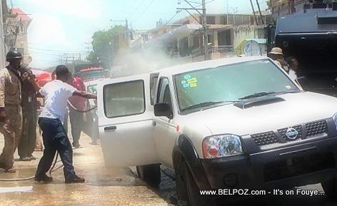 Haiti Manifestation 28 Avril 2014 - Manifestan mete dife nan machinn sevis leta