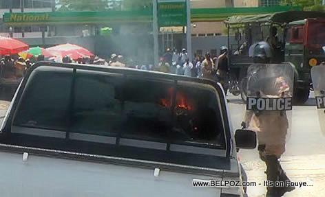 Haiti - Manifestan mete dife nan yon machinn leta - Manifestation 28 Avril 2014