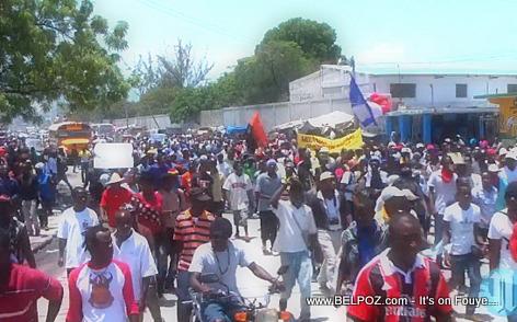 Haiti Manifestation 28 Avril 2014 - Moun pran lari ap mande pou Martelly ale