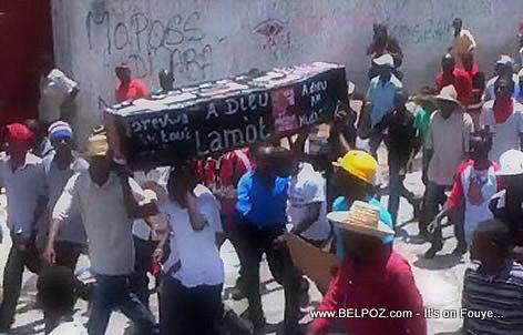 Manifestation Haiti - Manifestan nan lari ak sèkèy Martelly ak Lamothe sou tet yo -  28 Avril 2014