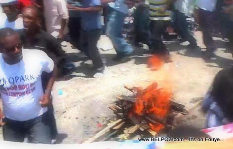 Haiti - Yon boukan dife limen, Moun yo ap shofe, Manifestation pral komanse - Manifestation 28 Avril 2014