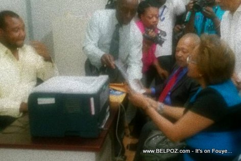 PHOTO: Haiti - Maryse Narcisse ap enskri Fanmi LAVALAS pou patisipe nan Election