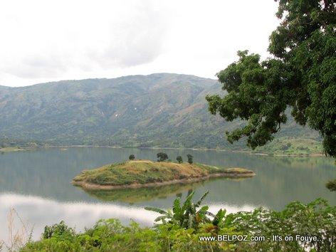 Yon ti Zile nan mitan Fleuve Artibonite la (Lac de Peligre)